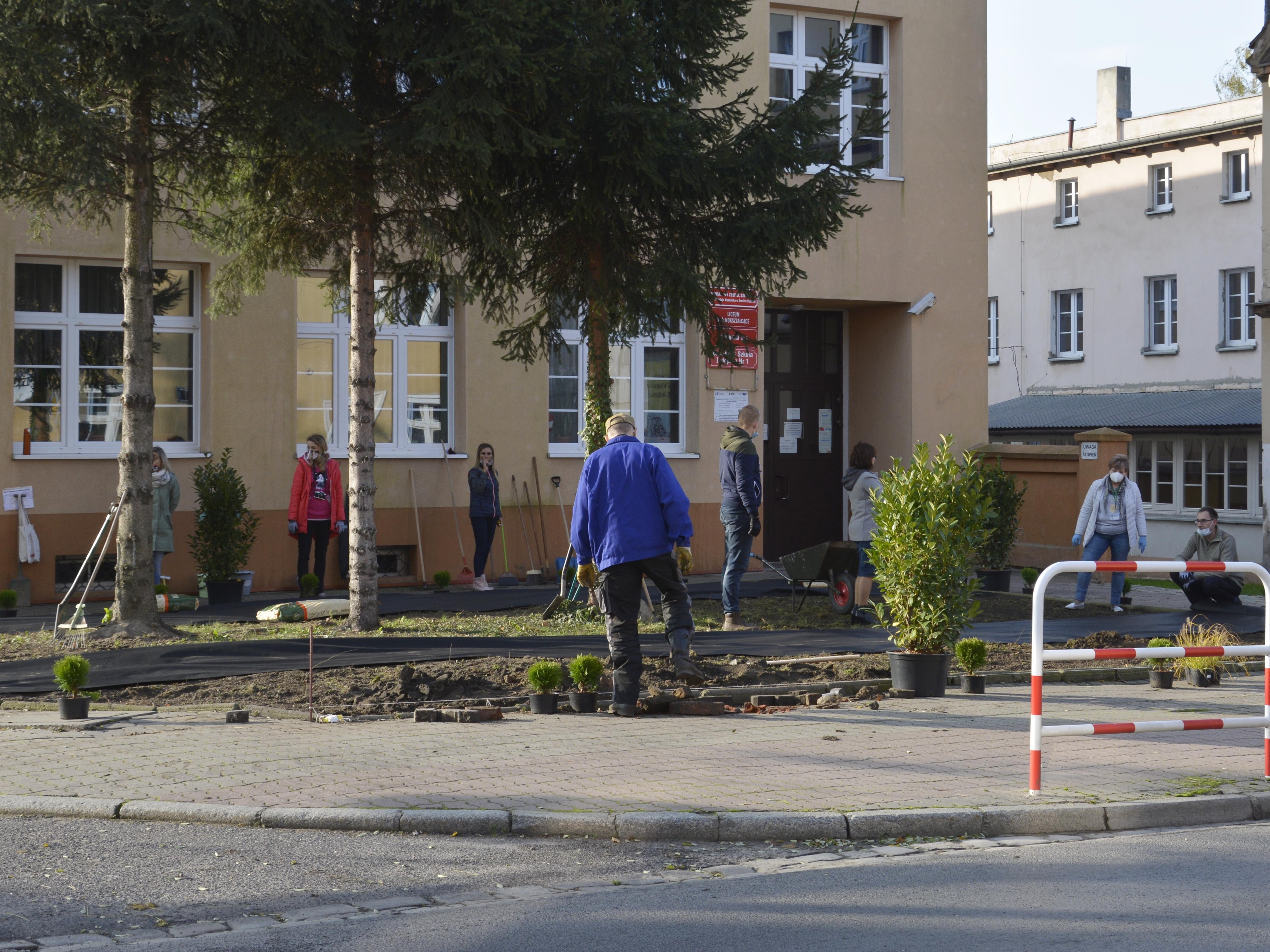 Ilustracja do informacji: Zmodernizowano skwer przed szkołą